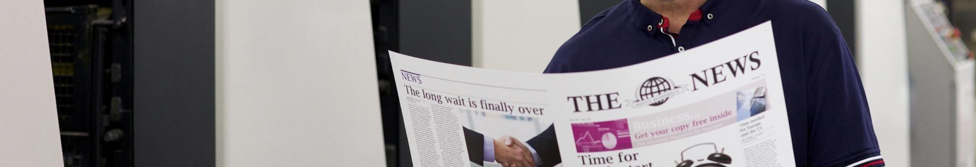 pan trzymający gazetę